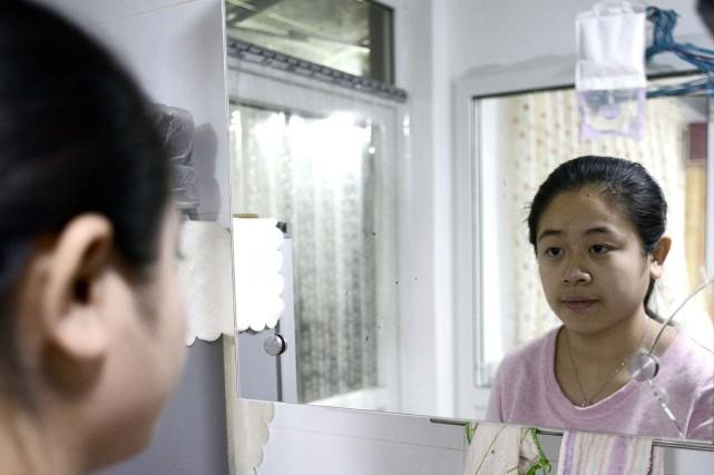 Li Xue, deuxième enfant d'une famille, n'existe pas... (PHOTO GOH CHAI HIN, AFP)