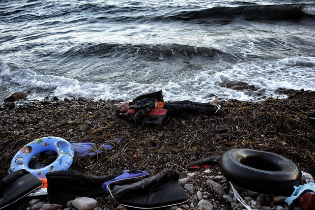 Le corps d'un homme a été porté par... (PHOTO ARIS MESSINIS, AFP)