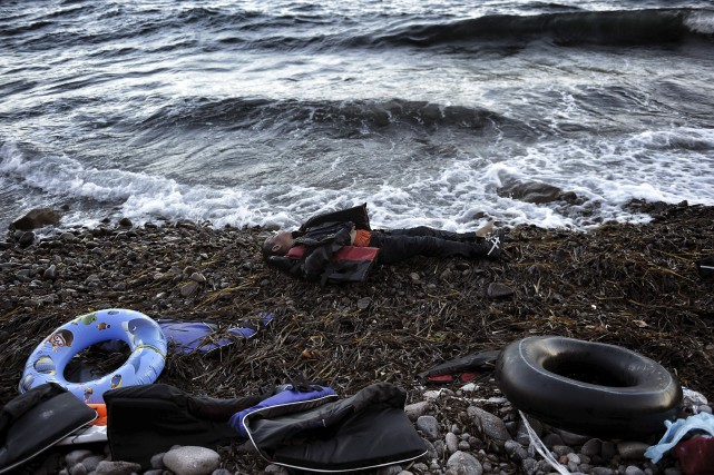 Le corps d'un homme s'est échoué sur la... (AFP, Aris Messinis)