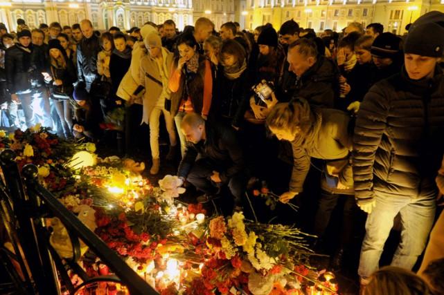 Plusieurs milliers de personnes ont rendu hommage dimanche... (PHOTO AFP)