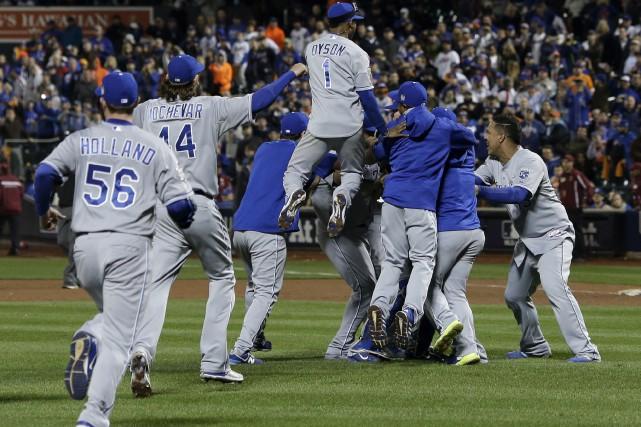Les Royals célèbrent après avoir remporté la Série... (AP, Matt Slocum)