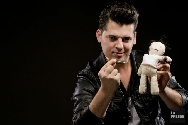 Le magicien Vincent C avec sa poupée vaudoue... (PHOTO DAVID BOILY, LA PRESSE)