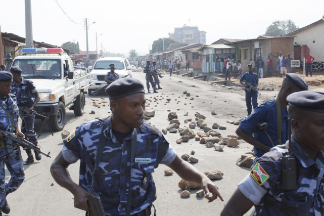 Des membres de la police nationale burundaise patrouillent... (PHOTO TYLER HICKS, ARCHIVES THE NEW YORK TIMES)