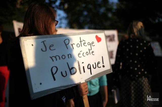 Les chaînes humaines ont repris vie, lundi matin, autour des écoles de la... (Archives La Presse)