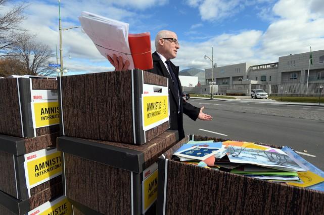 L'organisme Amnistie internationale avait plusieurs boîtes remplies de... (Photo Sean Kilpatrick, PC)