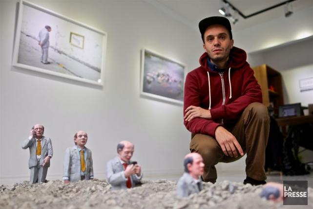 L'artiste espagnol Isaac Cordal devant son oeuvre Follow... (PHOTO ANDRÉ PICHETTE, LA PRESSE)