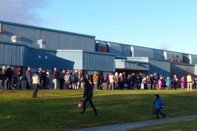 Plus de 140 parents, enfants et membres du personnel ont formé une chaîne... (Courtoisie)