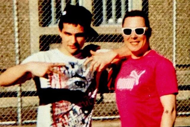 Luka Rocco Magnotta(à droite) pose avec un détenu... (Photo tirée du site nationalpost.com, Postmedia Network)