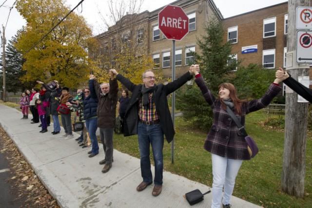 Postés devant 21 écoles un peu partout sur le territoire de l'Outaouais,...