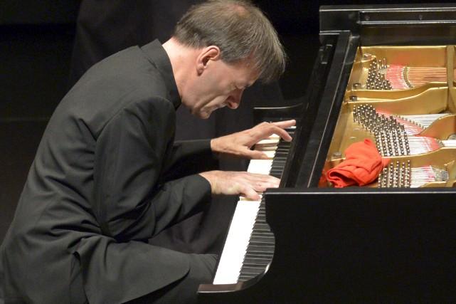 D'une main lourde, Stephen Hough arrache à l'instrument... (Le Soleil, Yan Doublet)