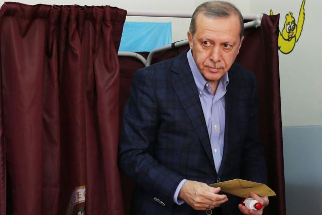 Le président turc Recep Tayyip Erdogan a voté... (PHOTO HUSSEIN MALLA, ARCHIVES AP)