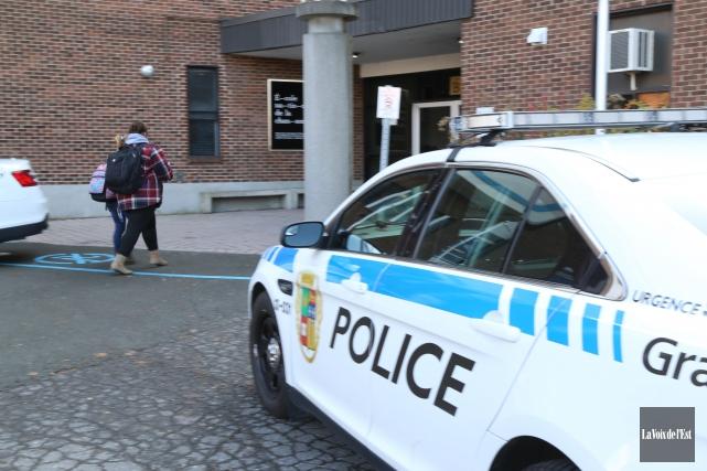 Une opération policière se déroule mardi au cégep... (Janick Marois, La Voix de l'Est)