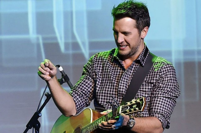 Luke Bryan interprétera Home Alone Tonight avec Karen... (PHOTO AP)