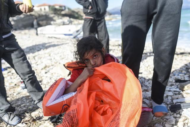 Quatre migrants dont deux enfants ont péri noyés mardi après être tombés d'un... (PHOTO AFP)