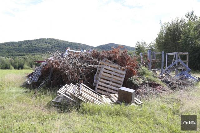 Un imposant tas de débris trônant sur le... (Archives La Voix de l'Est)