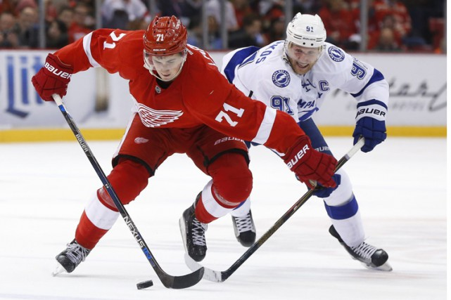 Dylan Larkin a brisé l'égalité en troisième période et les Red Wings de Detroit... (PHOTO AP)