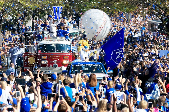 La mascotte Sluggerrr ouvre le défilé en saluant... (AP, Orlin Wagner)