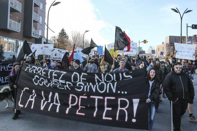 Près de 250 personnes ont manifesté dans les... (Patrick Woodbury, LeDroit)