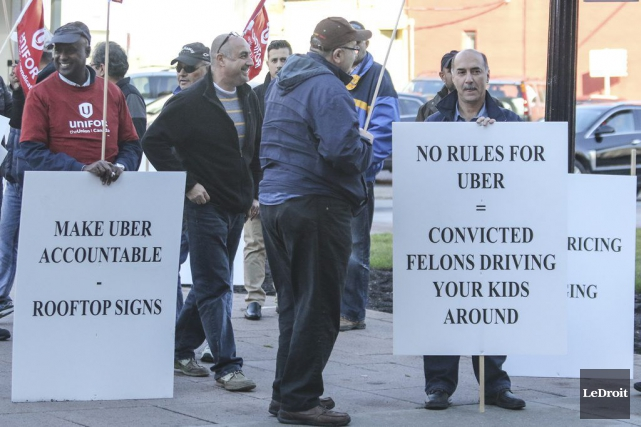 Une cinquantaine de chauffeurs de taxi ont accueilli... (Patrick Woodbury, LeDroit)