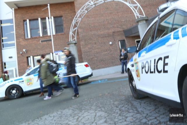 Les policiers poursuivent leur veille à la suite des menaces d'attentats à la... (Photo La Voix de l'Est)