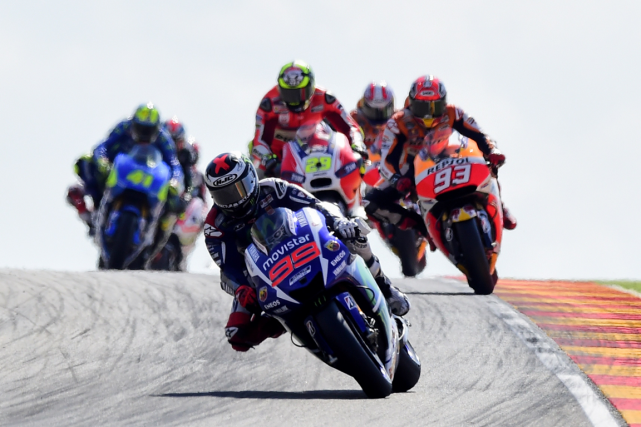 Le peloton à la poursuite de Jorge Lorenzo... (Photo Jose Jordan, AFP)