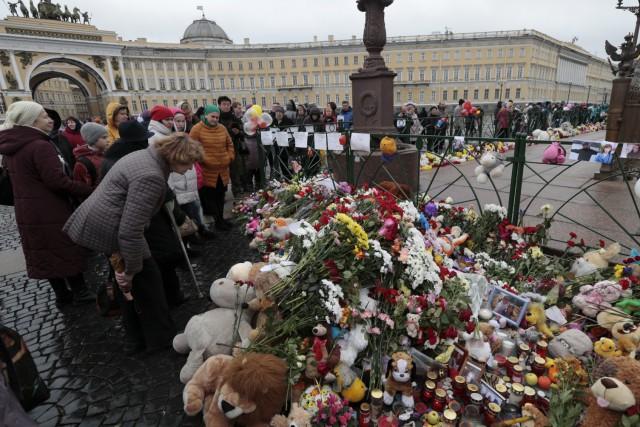 À la place Dvortsovaya à Saint-Pétersbourg, des citoyens... (AP, Ivan Sekretarev)
