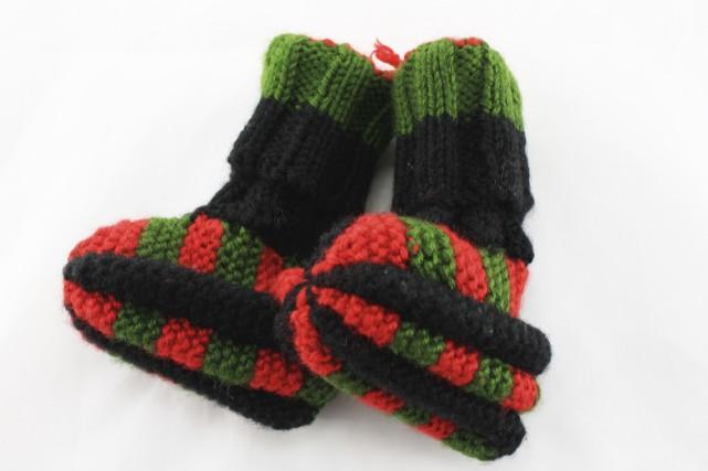 Pantoufles et chaussettes à l'aiguille (par Micheline Leclerc)... (Fournie par le Cercle des Fermières de Saint-Raymond)