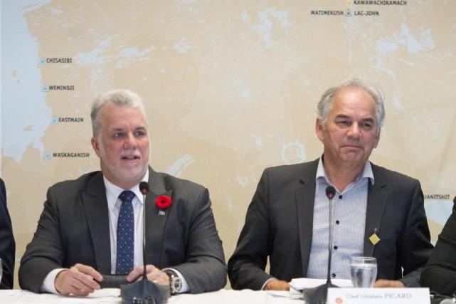 Le premier ministre Philippe Couillard aux côtés de... (Paul Chiasson, La Presse Canadienne)