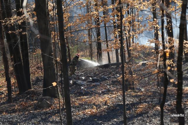 Les pompiers combattent un incendie qui s'est déclaré... (Janick Marois, La Voix de l'Est)