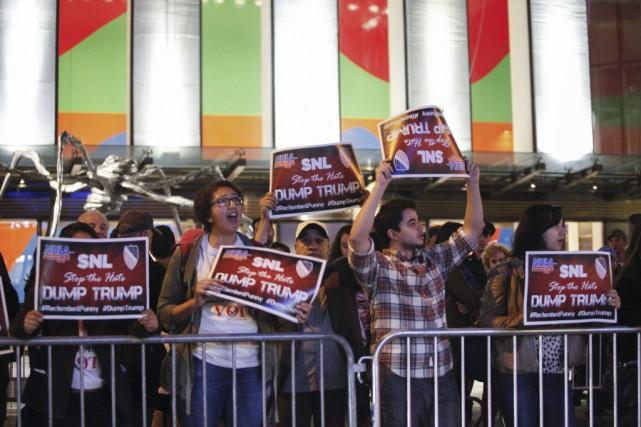 La chaîne américaine NBC continue de subir des pressions pour qu'elle annule le... (PHOTO AFP)