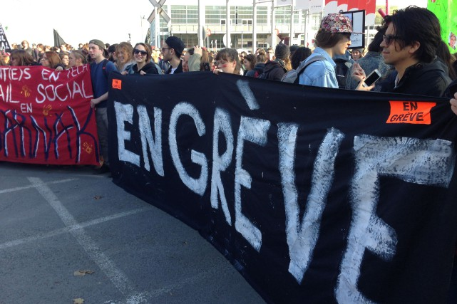 La manifestation qui a débuté au parc de... (PHOTO PATRICK SANFAÇON, LA PRESSE)