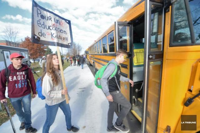 Des étudiants sherbrookois ont pris l'autobus pour aller... (Imacom, Maxime Picard)