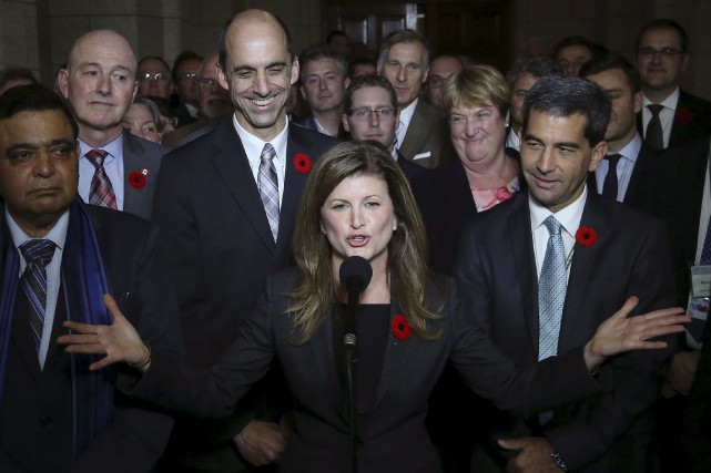 Rona Ambrose a émergé du caucus après plus... (PHOTO CHRIS WATTIE, ARCHIVES REUTERS)