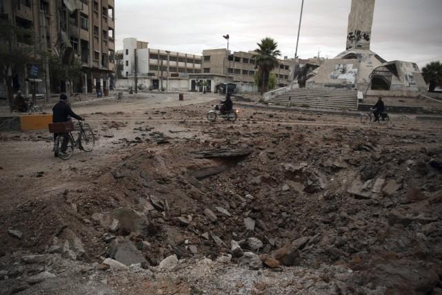 Cratère laissé par un bombardement à Douma, à... (AFP, Abd Doumany)