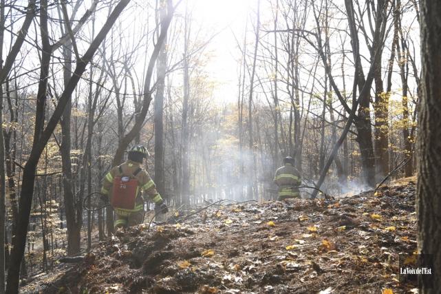 L'incendie était à proximité du cimetière de la... (Janick Marois, La Voix de l'Est)