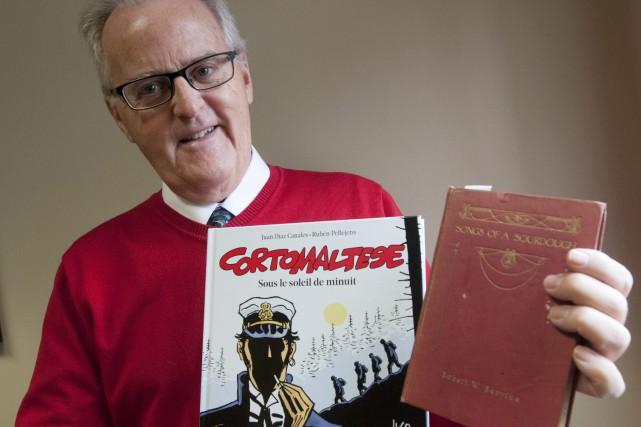 Jean-Claude Larouche présente un exemplaire du dernier Corto... (Photo Le Progrès-Dimanche, Michel Tremblay)