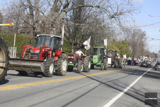Un cortège de tracteurs et d'agriculteurs armés de... (La Tribune, Jean-François gagnon)
