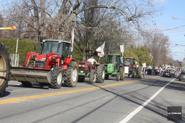 Le cortège de tracteurs a traversé le village... (La Tribune, Jean-François Gagnon)