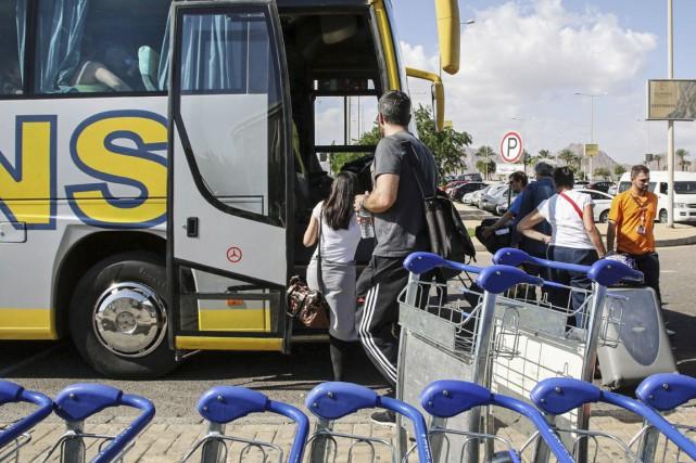 Des touristes britanniques montent à bord d'un autobus... (PHOTO VINCIANE JACQUET, AP)