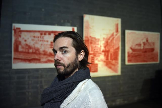 L'artiste français Alexandre Ouairya vendu ses oeuvres pendant... (Photo Greg Baker, AFP)