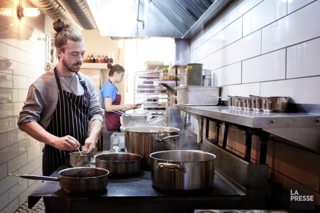 Jason Morris, ici dans les cuisines de son... (PHOTO MARCO CAMPANOZZI, LA PRESSE)