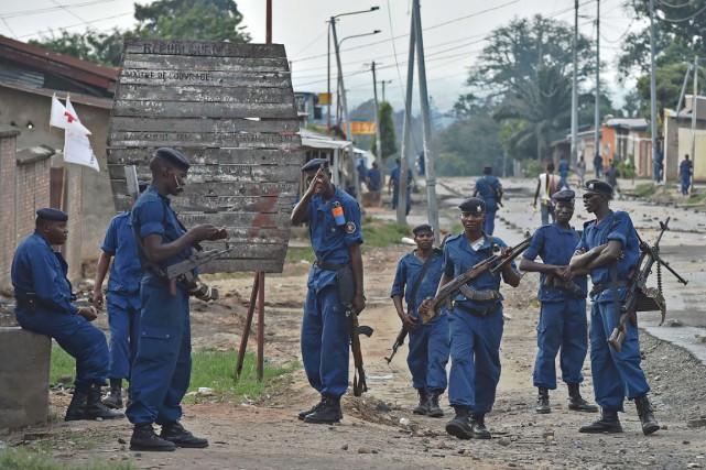 Des policiers burundais prennent position dans le quartier... (PHOTO CARL DE SOUZA, ARCHIVES AFP)