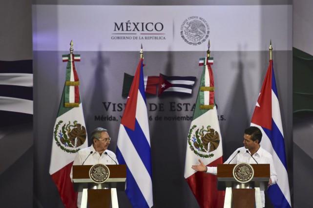 Les président mexicain Enrique Pena Nieto et cubain... (Photo RONALDO SCHEMIDT, AFP)