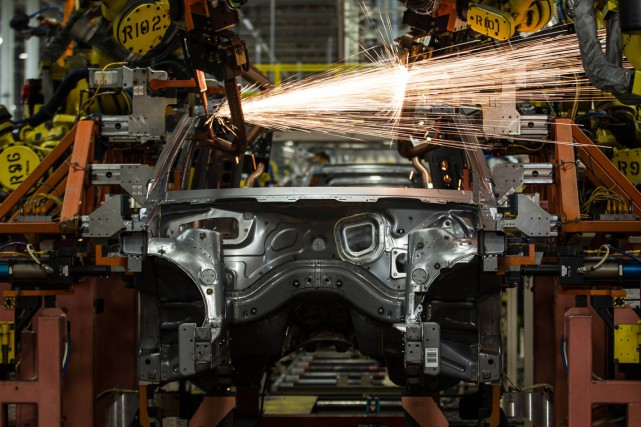 Le groupe automobile Ford a annoncé lundi que la nouvelle hausse des salaires... (PHOTO GEOFF ROBINS, ARCHIVES AFP)