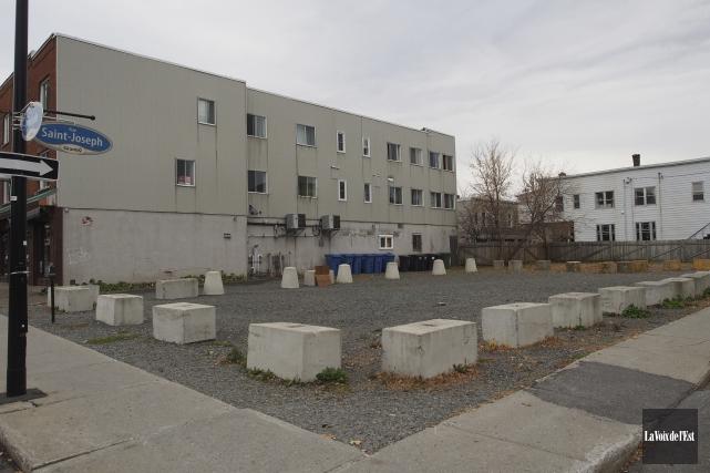 Le terrain vacant situé à l'angle des rues... (Alain Dion, La Voix de l'Est)