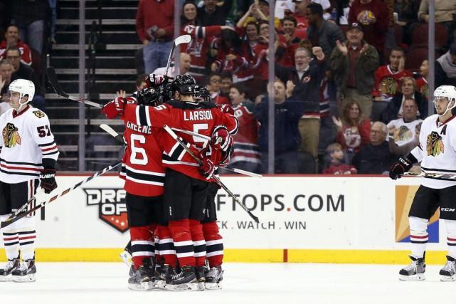 Les joueurs des Devils célèbrent le but de... (PHOTO JULIO CORTEZ, AP)