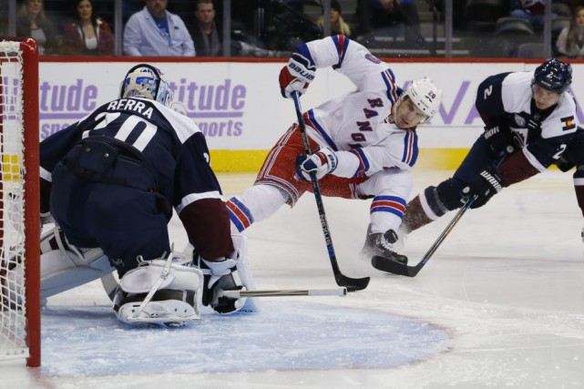Chris Kreider tente de déjouer Reto Berra.... (PHOTO DAVID ZALUBOWSKI, AP)