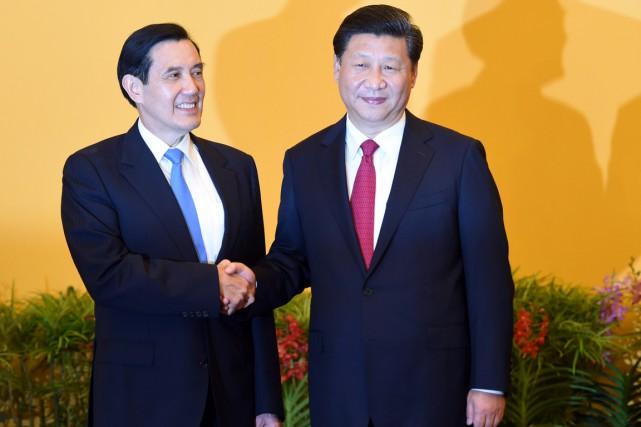 Le dirigeant taïwanais Ma Ying-jeouet le chef de... (Photo Roslan RAHMAN, AFP)