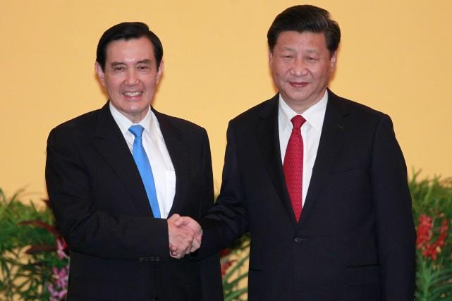 Le dirigeant taïwanais Ma Ying-jeouet le chef de... (Photo, AP, Chiang Ying-ying)
