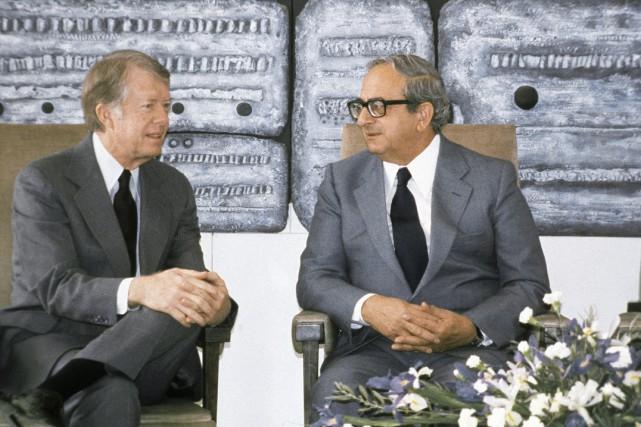 Yitzhak Navon (à droite) en 1979 aux côtés... (Photo Shlomo Arad, archives AP)
